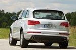 Теорию экономичности Q7 не доказывает — в варианте Clean Diesel со сложной последующей обработкой выхлопных газов автомобиль стал потреблять дизельного топлива на 0,6литра больше, чем прежде. И кстати, нет причины, чтобы морщить нос при упоминании добавления мочевины. Запах участвовавшего в тесте автомобиля ничем не отличался о запаха обычных дизельных машин.