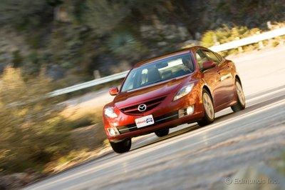 Mazda6 показывает характер кренами в поворотах.