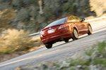 Спортивность и отзывчивость — сильные стороны Mazda6, хотя ее 4-цилиндровый рядный двигатель мощным не назовешь.