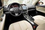 Интерьер Mazda хорошо отделан, хотя особой привлекательностью похвастаться не может.