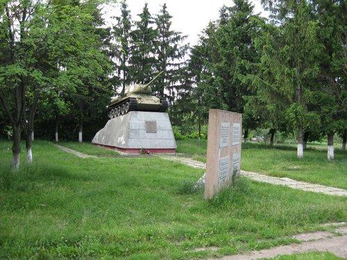 На трассе часто встречаются памятники воинам-освободителям Великой Отечественной войны, и за ними заботливо ухаживают.