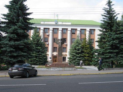 Памятник павшим за Украину перед зданием Ровенской городской рады.