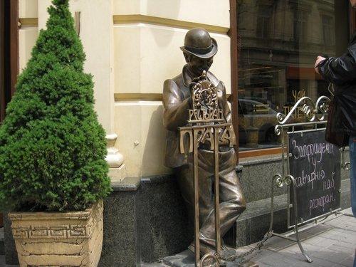 «Зазывала» ресторана «Прага».