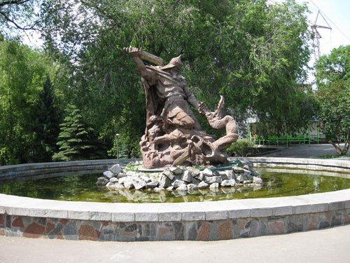 А этот памятник местные зовут «Стоматологом».