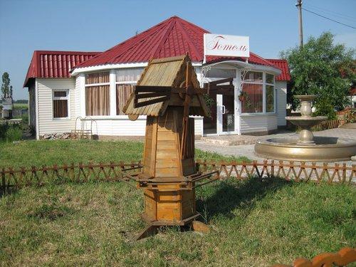 Рядом — небольшой отель.