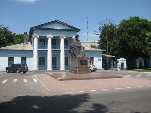 Это музей В. Даля — выдающегося русского писателя, автора знаменитого «Толкового словаря живого великорусского языка», родившегося в г. Луганске в 1801 году.