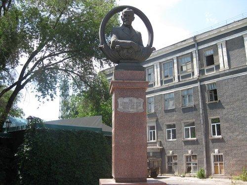 Памятник Николаю Холодилину — первому городскому главе г. Луганска.