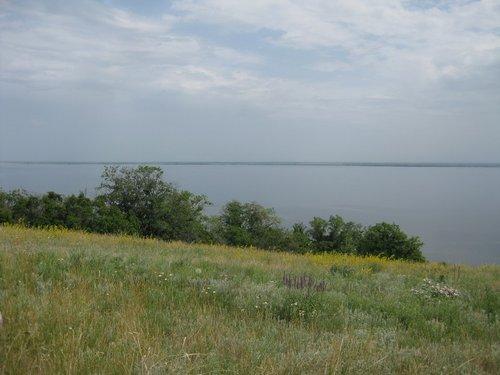 Невольно приходят на память слова из песни: «… из далека долго течёт река Волга, конца и края нет».