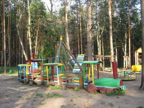 Есть отличная детская площадка.