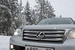 Под шильдиком бренда Lexus виден объектив камеры