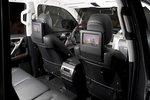 В самой дорогой версии внедорожника на спинках передних сидений устанавливаются мониторы. Пассажирам второго ряда также предоставлена возможность регулировки климат-контроля