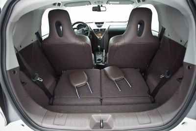 Только в двухместном варианте сзади появляется хоть какое-то подобие багажника (подголовники надо снимать вручную).