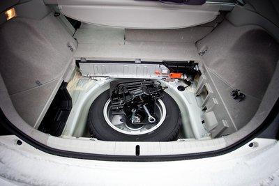 Багажник просторный, батарея аккуратно упрятана под вторым рядом кресел. Пока она — никель-металл-гидридная. В перспективе установка литий-ионных батарей, что позволить ехать на одной только электротяге до 15км и возможность зарядки от бытовой электросети.