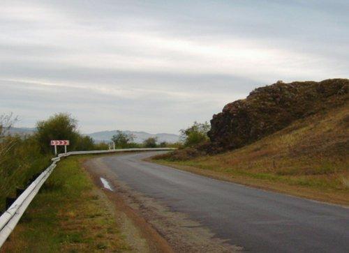 Перед мостом через р. Селенга. Если внимательно всмотреться в рельеф скалы, то можно увидеть знакомые черты. У местных это место называется —  «Голова Ленина».