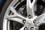 Сильно: за пятиспицевыми дисками работают мощные тормоза, и Nissan останавливается со скорости 100км/час через 34,5метра — Porsche останавливается лишь на 20сантиметров раньше.