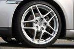 В 19-дюймовых колесах (опция стоимостью 2606евро) находятся лучшие в сравнении тормоза: якоря за филигранными алюминиевыми дисками останавливают Cayman со скорости 100км/ч через 34,3метра.