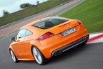 Audi же больше нацелен на ценителей динамики. То есть на тех, кто сначала с удовольствием спокойно путешествует к храму гурманов, чтобы затем сжечь набранные там калории в веселой гонке по трассе. Но по-настоящему...