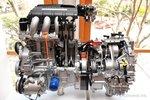 Электрический мотор находится там, где обычно можно обнаружить маховик. Он помогает основному двигателю при запуске/остановке, и дает дополнительную моoность, когда это необходимо.