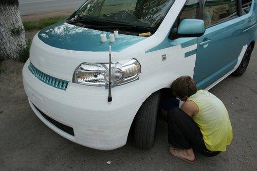 Toyota Porte. Леха обклеивает очень профессионально:).