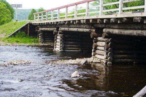 Чудненький мостик, где мы думали искупаться :).