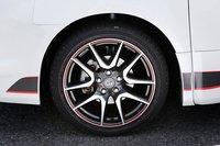 Так выглядят опциональные шины 215/45R18 (Bridgestone POTENZA RE050) и литые алюминиевые диски с красной линией от GSport. Стоимость комплекта: 28350иен (около $370).