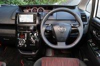 Рулевое колесо и рычаг переключения передач обтянуты натуральной кожей и прошиты стильным красным швом.