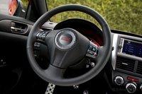 Кнопки управления аудио системой и круиз-контролем расположены на спицах рулевого колеса.