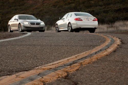 Извилистая дорога Малибу зовет BMW 550i и Infiniti M56.