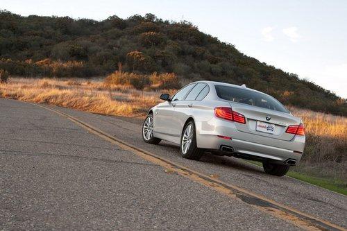 BMW 550i все еще отличный спортивный седан, хотя он и променял часть своей спортивности на роскошь и высокие технологии.