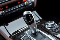 Восьмиступенчатая автоматическая трансмиссия BMW работает исключительно плавно. Рычаг переключения скоростей хорошо ложится в руку, делая смену скоростей в ручном режиме приятным занятием.