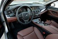 Салон BMW 550i очень продуманный, никакой суеты вокруг водительского кресла.