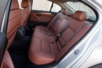 Пассажиры на заднем диване BMW сидят ниже, чем в Infiniti, а потому у них над головами больше пространства.