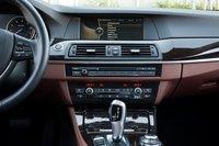 Центральная консоль BMW довольно широкая, хотя и не отличается интересным дизайном. 10,2-дюймовый полупрозрачный ЖК-монитор системы iDrive и навигационной системы великолепен.