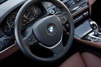 Дизайнеры BMW знают, что в правильном спортивном седане должен быть трехспицевый руль, обтянутый натуральной кожей.