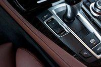 BMW предлагает четыре режима работы подвески и трансмиссии: Комфортный, Обычный, Спортивный и Спортивный плюс. Даже самые жесткие настройки оказались недостаточно жесткими.