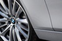 Пакет опций Sport для BMW 550i включает 19-дюймовые литые диски со всесезонной резиной.