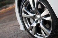 У M56 пакет опций Sport package подразумевает 20-дюймовое литье с летними спортивными покрышками и увеличенными тормозами.
