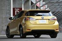 Задняя часть автомобиля, в частности форма заднего стекла, может похвастаться оригинальным дизайном. Как и Toyota Prius, CT200h отличается плавными, изящными очертаниями, способствующими повышению аэродинамических характеристик модели. Задняя дверь и капот выполнены из алюминия.