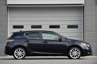 Вид сбоку. Снаряженная масса модели больше, чем у Prius на 50 кг и составляет 1400 кг. Кузов модели создан на базе Lexus HS. Передняя часть и крыша обшиты листами высокопрочной стали, укреплена и задняя часть. Передняя и задняя подвески оснащены распорками, значительно укреплена область задней двери. Задняя подвеска на двойных поперечных рычагах во многих местах усилена алюминиевыми деталями. На фотографии представлена модификация с 17-дюймовыми колесами.