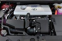 В CT200h, как и в Prius, используется система THSII. 1,8-литровый двигатель Аткинсона (99л.с., 142Нм) работает в связке с электромотором мощностью 82л.с. (142Нм), оснащенным никель-металл-гидридной батареей. Доступно три режима езды: Eco, Normal и Sport. Максимальное напряжение блока управления двигателем составляет 650В в режиме Sport, в других режимах оно, как правило, несколько ниже — 500В (но в зависимости от ситуации может подняться и до 650В). При переключении в режим Sport система регулирования тягового усилия и электронный усилитель руля также начинают функционировать в спортивном ключе, при этом индикатор переключения режимов меняет свой цвет с синего на красный, акцент смещается от индикатора гибридной системы в сторону тахометра.