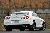 Стоимость Nissan GT-R Egoist составляет 15000300 иен (около $184500). Задняя часть автомобиля радует глаз стильным спойлером, выполненным из углеродного волокна, а также титановыми глушителями. В комплекте также идут легкосплавные алюминиевые колесные диски Rays.