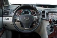 Кнопки управления на руле понятны и просты в использовании даже вслепую, а вот к цветовому решению приборной панели мы за неделю теста так и не смогли привыкнуть.