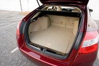 Объем багажника Crosstour составляет 730 литров, он глубже и уже, чем у Toyota Venza.