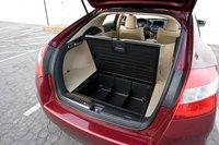 Honda максимально эффективно использует имеющийся объем, оснастив Crosstour подпольной нишей для хранения вещей.