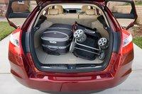 Зайдут в багажник Honda Crosstour и чемодан с коляской, хотя для чего-то еще здесь места не останется.