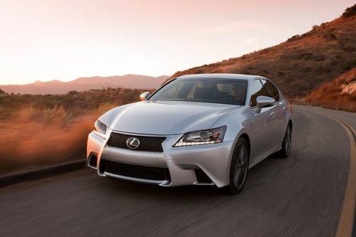 Lexus GS 350 для 2013 модельного года подвергся значительному редизайну, при этом особое внимание было уделено вовлеченности водителя в процесс управления. Результат нам нравится.