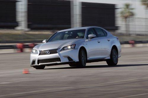 Lexus GS 350 F Sport проворный и устойчивый. Этому немало способствуют регулируемая подвеска и опциональная система подруливания задних колес.