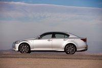Новый GS собран на той же колесной базе, что и предыдущее поколение модели, и имеет идентичную с предшественником общую длину кузова, но при этом он на 5см шире и на 3см выше.