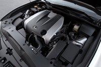 Двигатель GS350 — 3,5-литровая V-образная «шестерка» — получил 3 дополнительные лошадиных силы и 4Нм крутящего момента, имея в итоге в своем распоряжении 306л.с. и 375Нм крутящего момента. Lexus добавили во впускную систему звуковой генератор, что придает выпуску более спортивное звучание.