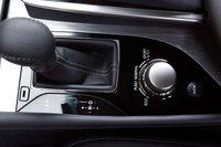 Шестиступенчатая АКПП оснащается подрулевыми переключателями на рулевой колонке. В стандартной комплектации. При помощи этого алюминиевого джойстика на центральной консоли можно выбрать настройки топливных карт и уровень жесткости подвески.